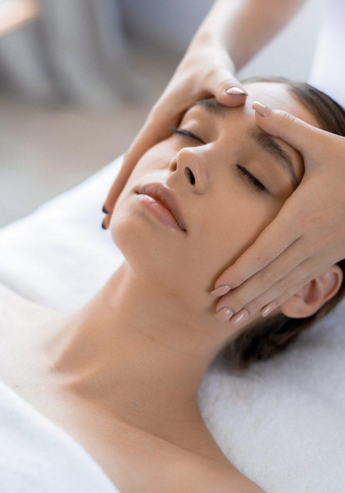 Le massage du visage selon Alice GAUTHIER