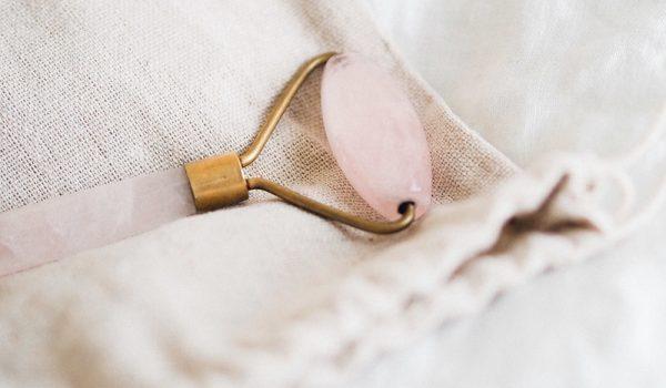 Auto-massage avec le Roll-on de quartz rose
